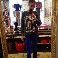 Look du jour bonjour!!  Sweat Madre Stepart, jean slim bleu électrique Cimarron, sneakers compensées Jonak, bracelet Hipanema.. - @aupigeonnier- #webstagram