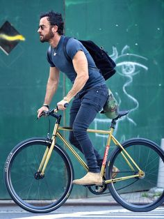Over Memorial Day weekend, Justin Theroux took his cycling style to a new place, wearing a suede backpack by Tom Ford with his favorite jeans and T-shirt. Justin Theroux, Cycle Chic, Rocker Style Men, Cycling Outfit, Cycling Backpack, Bike Photography, Bike Style, Men's Style, Mens Attire