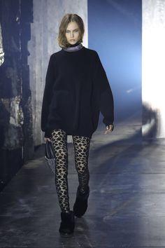 Alexander Wang mantém pegada 90's com luxo e sofisticação - Vogue   Desfiles