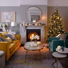 Kitchen Living Room Christmas-living-room-decorating-ideas - Looking for Christmas living room decorating ideas? From craft garlands to modern monochrome marvels, let these Christmas decorations transform your home Christmas Living Rooms, Cozy Living Rooms, Living Room Modern, My Living Room, Living Room Designs, Fireplace Living Rooms, Small Living, Ideas Dormitorios, Home Design