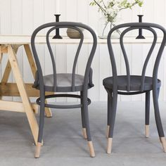 How to paint furnitures with Anne Sloan chalk paint. Step by step pictures. In Swedish.
