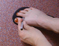 Hätte ich gewusst, wie einfach man Flip-Flops selber machen kann, ich würde schon seit Jahren in diesen Dingern herumlaufen. Denn ich liebe Flip-Flops! Das ist für mich Sommerfeeling pur! Noch dazu sind diese Sandalen Barfußschuhe, weil ihre Sohle so dünn ist. Und sie sind im Handumdrehen fertig.