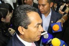 """El secretario de Gobierno de Michoacán afirmó que luego de los sucesos se desplegó un operativo para recuperar la calma; """"se han hecho las intervenciones necesarias para solucionar el problema"""", ..."""