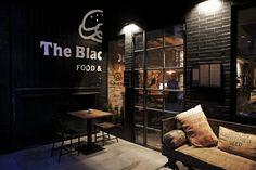 Acogedora entrada #restaurante #hamburgueseria The Black Turtle® en barrio #Ruzafa #Valencia. #decoración #industrial #fabrica. www.theblackturtle.es