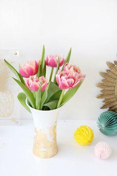 Kreative DIY Idee zum Selbermachen: Vase mit Blattgold verschönern