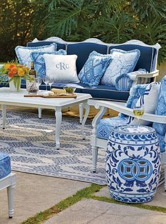 Blue and White Chinoiserie Outdoors (Chinoiserie Chic) - Home Decor Designs Outdoor Rooms, Outdoor Sofa, Outdoor Living, Outdoor Decor, Outdoor Seating, Blue Rooms, White Rooms, Garden Furniture, Outdoor Furniture Sets