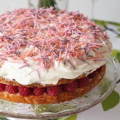 Deliciously tangy Lemon Raspberry Cream Cake with home-made sprinkles. Raikkaan herkullinen Lemon Raspberry Cream Cake ja omatekoiset strösselit.| Kulinaari