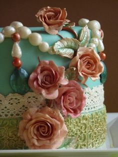 Ooooo! This is a nice design if it combined the other lace cake I found... And Coral flowers... Ohhhh myyy... Yum!