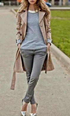 Beige Trenchcoat, Grauer Pullover mit Rundhalsausschnitt, Graue Enge Hose, Silberne Leder Pumps für Damenmode