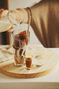 Pones café a congelar en las bandejas de hielo. Una vez que esté congelado, sacás los cubitos, los ponés en un vaso y les agregas leche fría. Pronto tendrás un delicioso y bello café frío.
