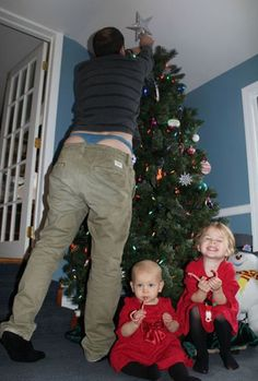 Little Kids Love When Dad Decorates the Christmas Tree - Parenting Fail ---- hilarious jokes funny pictures walmart humor fails Funny Baby Images, Funny Pictures For Kids, Funny Animal Pictures, Funny Kids, Funny Family, Random Pictures, American Funny Videos, Funny Dog Videos, Humor Videos
