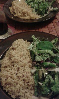 Arroz integral con ensalada (repollo, espinaca, rucula, pepino, apio, mostaza, lechuga, ciboulette)