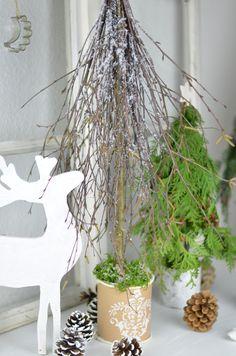 DIY- Winterliche Dekobäumchen aus Zweigen. Eine zauberhafte Dekoidee für die Winterzeit.