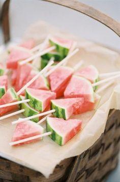 Mieux que des bonbons, on découpe en petits triangles des tranches de pastèque qu'on pique sur des brochettes, pour des sucettes originales et fruitées....