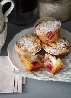 Murupäällysteiset vadelma-tuorejuustomuffinit - Lunni leipoo Finnish Recipes, Sunday Breakfast, Yummy Cakes, Food Inspiration, Cake Recipes, Deserts, Food And Drink, Cooking Recipes, Sweets
