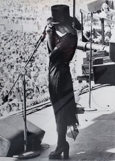 Stevie ~ ღ☆❤☆ღ ~ and her top hat, onstage at the Day On The Green in 1976 Stevie Nicks Fleetwood Mac, Stevie Nicks 70s, Stevie Nicks Costume, Stevie Nicks Quotes, I Look To You, Alternative Rock, Stephanie Lynn, Hip Hop, Indie