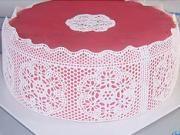 Růžový dort s jedlou krajkou - jak vyzdobit dort