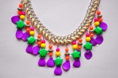 Verano a puro color! Collar con mini estrellitas de origami para combinar con los básicos de la playa. Seguinos en www.facebook.com/KiObjetosDeOrigami