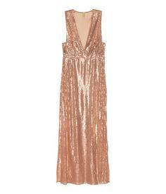 Rose Gold. Langes figurbetontes Kleid aus paillettenbesetztem Mesh. Ärmelloses Modell mit tiefem V-Ausschnitt, seitlichen Schlitzen und verdecktem Seitenrei