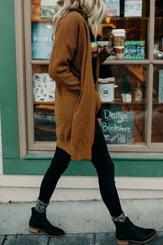 Fall Outfits Edgy Casual Outfits - Winter Outfits for Work Winter Cardigan Outfit, Cardigan Outfits, Black Jeans Outfit Winter, Black Booties Outfit, Long Cardigan Sweater, Dress And Cardigan, Chelsea Boots Outfit, Cardigan Fashion, Brown Sweater