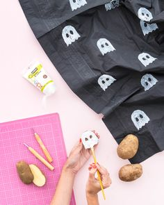 /// replace ghosts with kitties - Ghost Tablecloth DIY Halloween Desserts, Diy Halloween Costumes, Spooky Halloween, Holidays Halloween, Halloween Crafts, Halloween Decorations, Halloween Party, Pink Halloween, Halloween 2018
