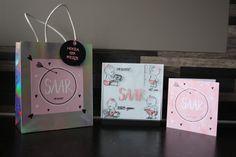 Voor de geboorte van Saar een leuk klein cadeautje gemaakt. Een standaard met hierin een glazen plaatje met daarop alle geboortegegevens. Om het  cadeautje nog iets persoonlijker te maken, heb ik het geschenktasje gepimpt in de stijl van het geboortekaartje.