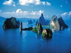 Phang-nga, bosques rocosos en la zona Occidental. Con exclusivos hoteles y actividades naúticas.