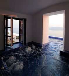 Hot tub pool at the Ikies hotel / Oia, Greece