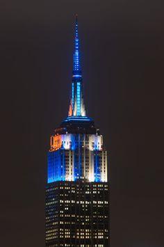 8/14/2017: Split Yankees & Mets lights for the MLB Subway Series games tonight & tomorrow.