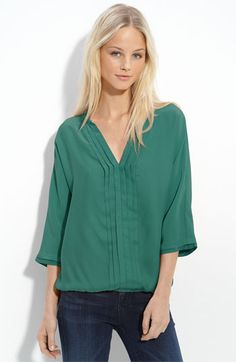 Pretty color green/silk blouse/Jade Bellatrix pleated silk blouse. Sett på True Detective.
