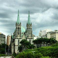 Um dos símbolos de São Paulo a Catedral da Sé. Sua construção começou em 1913. Mistura Ele me -tos de barroco neogótico e até modernismo e Art decor. #abussolaquebrada #saopaulo #sampa #catedraldase #arquitetura #architecture #buildings #historia #history #brasil #brazil