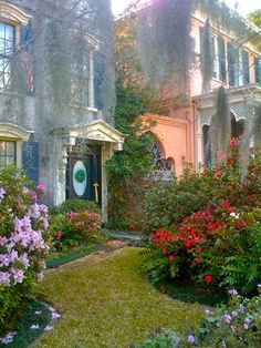One of the many secret gardens of Charleston, South Carolina. Charleston is closeish and on my list of places to visit. South Carolina Vacation, Charleston South Carolina, Charleston Sc, Great Places, Beautiful Places, Places To Visit, Southern Belle, Southern Charm, Beautiful Gardens