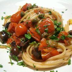 Spaghetti alla puttanesca e alla zozzona. Rigatoni, Italian Food Restaurant, Pasta Recipes, Cooking Recipes, Pasta Puttanesca, Italy Food, Italian Pasta, Linguine, Pasta Dishes