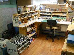 Pin by gunnar sorem on wargaming/hobby room ideas in 2019 хо Hobby Desk, Hobby Shops Near Me, Shop Work Bench, Cheap Hobbies, Hobbies Creative, Hobby Trains, Model Shop, Model Hobbies, Studio Organization