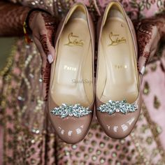 Brides often get confused in deciding what they should wear with their wedding outfits: Flats vs Heels? To help you out and decide what to wear when with your lehenga, saree, suit, and gown bookmar. Bridal Footwear, Bridal Flats, Wedding Mandap, Designer Shoes, What To Wear, Bride, Chic, Stylish, Metal