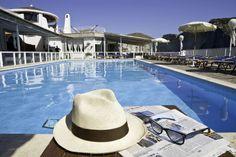 La piscina, con acqua di mare, è immersa nel verde e circondata da un solarium con lettini, teli e ombrelloni(Hotel Chiaia di Luna, Isola di Ponza).