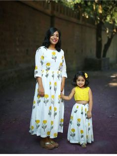 Mother daughter matching outfits ideas for wedding season - Indian Fashion Ideas Mom Daughter Matching Dresses, Mom And Baby Dresses, Dresses Kids Girl, Kids Blouse Designs, Dress Designs, Kids Frocks Design, Kids Gown Design, Look Fashion, Indian Fashion