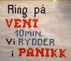 Bilderesultat for geriljabroderi tekst Cross Stitching, Cross Stitch Embroidery, Cross Stitch Letters, Funny Signs, Creative, Needlework, Diy And Crafts, Craft Projects, Humor