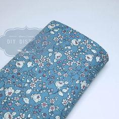 Tissu fleuri style liberty bleu clair.