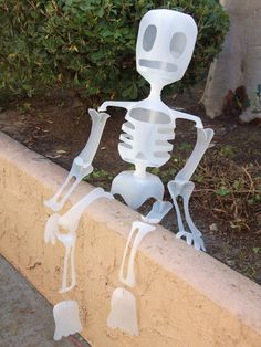 Skeleton made out of plastic (milk jugs) for Halloween or Day of the dead Esqueleto de garrafas de plástico para Halloween o dia de muertos Holidays Halloween, Halloween Crafts, Holiday Crafts, Holiday Fun, Happy Halloween, Halloween Decorations, Halloween Party, Holiday Ideas, Halloween Ideas