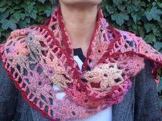"""Longue écharpe fleurie, tricotée main, collection """"déclinaison"""" : Echarpe, foulard, cravate par la-maille-aux-tresors"""