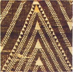 patterns with a dominant chevron shape that are either plain (Aramoana - ocean waves) or have a serrated appearance (Tukemata) Flax Weaving, Weaving Art, Weaving Patterns, Textile Patterns, Basket Weaving, Textiles, Maori Patterns, Maori People, Maori Designs
