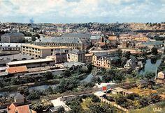 POITIERS - Panorama du Boulevard Chasseigne. On peut appercevoir bord gauche, la manufacture de brosses ( ex établissement de Bains de Chasseigne ) qui n'existe plus et qui a laisser place a des terrains d Basket, une partie de Collège du Jardin des Plantes, l'école d'ingénieur ENSMA qui est actuellement le Rectorat de Poitiers, l'église Montierneuf, le Moulin Chasseigne et le Clain. Date photo environ 1968. Date Photo, Terrains, Panorama, Poitiers, Le Moulin, Gauche, Place, Paris Skyline, Travel