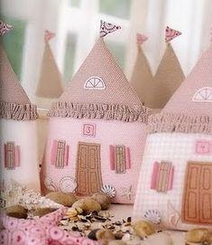 Atelier - Boutique D' Caroline: Felt houses [pattern http://4.bp.blogspot.com/-y4gsNXV_nT0/UHsaekOAHYI/AAAAAAAABsY/GDkk46_TbFs/s1600/tilda+106.jpg]