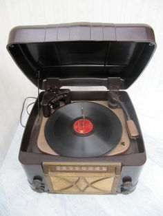 Admiral Standard 78 rpm record player with AM radio, bakelite case, 1947