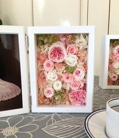 2L版の写真を飾っていただける大きなフォトフレームです。中枠が付いておりますので、一回り小さいハガキも飾れます。淡いピンク系のバラをアレンジしました優しい色合いのフォトフレームアレンジです。まあるくかわいい形の手毬ローズを始め、花びらの多いバラを使っています。すべてプリザーブドフラワーを使用しています。ご結婚祝い、結婚式の親御様への贈呈品、母の日の贈り物にいかがでしょう。(お客様からのご要望で小さいサイズ、L判サイズもお作りはじめました。)このあと下でお選びいただく400円のギフトラッピングは、フォトフレームを折りたたみ箱に入れて包装紙でラッピングしたものです。別販売ですが、フォトフレームを開いた状態でセットできる化粧箱もあります。スライド式の透明なふたの上からリボンをおかけしますので、より見栄えがします。こちらは700円で、ラソワのギャラリーで販売しております。ご希望の方は、ご一緒にご購入くださいませ。#結婚祝い #結婚式記念品 #ウェディング桜ハンドメイド2017