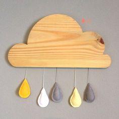 Nuvem de madeira com gotinhas de feltro para enfeitar porta de maternidade