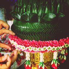 Thai floral decorative of fresh flowers and banana leaf พานแหวนหมั้นเเบบไทย งานใบตองเเละร้อยดอกไม้เเบบไทย คงามประณีตละเอียดบบรจงร้อยดอกไม้ดอกเล็กๆกับใบไม้ ออกมาเป็นงานที่ยากจะมีชาติใดเหมือน