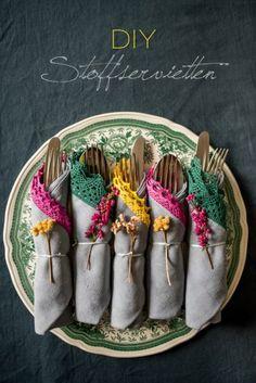 DIY upcycling aus alten Stoffservietten, Textilfarbe und Borte werden stylishe Servietten in Herbstfarben als Deko für den Tisch im vintage Look