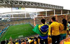 Arena Corinthians tomada de amarelo da camisa da Seleção: torcida abraça a equipe na estreia (Foto: AP)